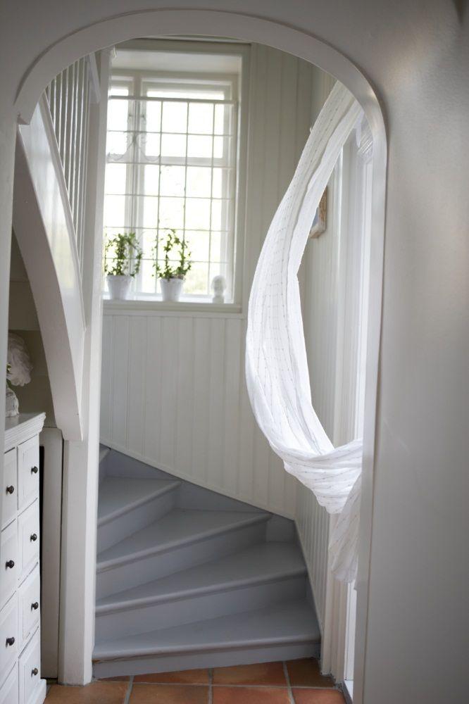 Ett helvitt romantiskt hem kan lätt brytas av med detaljer i färg. Här har trappan målats med Beckers kulör Granitgrå 811.