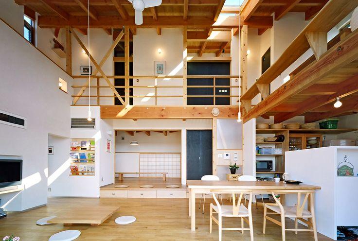 久保田英之建築研究所 の モダンな リビングルーム リビングの吹き抜け空間