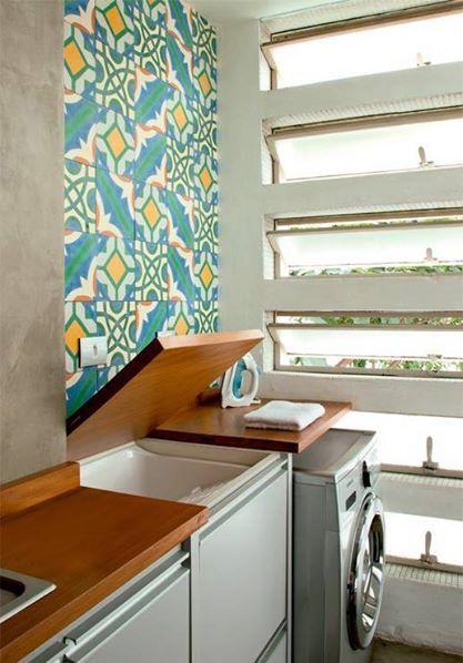 A bancada da cozinha se abre e revela um tanque, com torneira escondida na lateral interna. Ao lado, vem a maquina de lavar. Eis uma área de serviço! Boa dica de otimização de espaço.