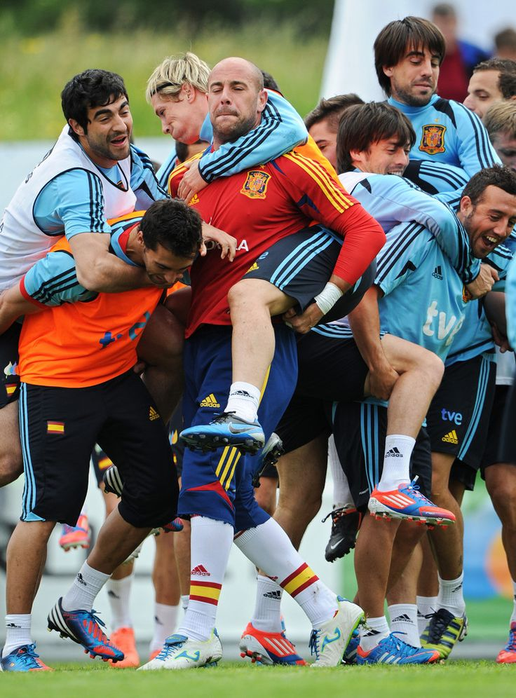 Fernando Torres Photos Photos - Fernando Torres (L) of Spain takes a ride on goalkeeper's Pepe Reina his back as while joking with other teammates during a training session on May 28, 2012 in Schruns, Austria. - Spain Euro 2012 Training Session