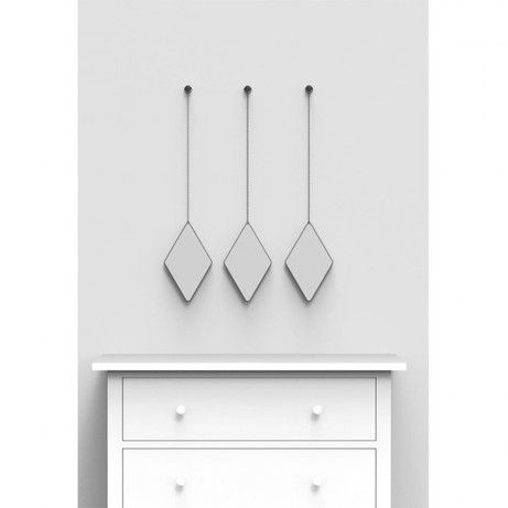 Если картины, полки или фоторамки не подходят в интерьер стены, на помощь придут зеркала. Набор из трёх оправленных в металл зеркал - стильное украшение интерьера. Такие зеркала выглядят как драгоценные камни на подвесках. Можно располагать в любом сочетании и на любом расстоянии. В комплект входят декоративные металлические каркасные крючки.