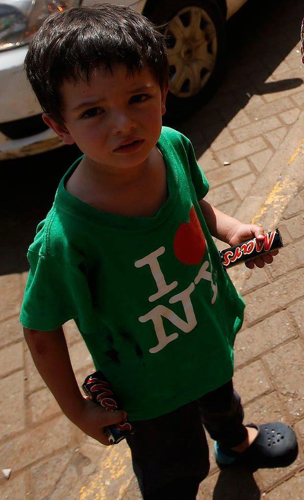 Si nascondeva in una cella frigorifera di un supermarket al Westgate Mall, a Nairobi, il piccolo Elliot Prior, di soli 4 anni.http://tuttacronaca.wordpress.com/2013/09/24/elliot-a-soli-4-anni-affronta-un-terrosta-al-westgate/
