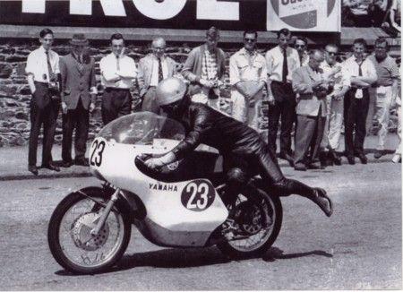 1963年6月10日  マン島TTレースでバイクに乗りスタートする砂子