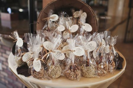 Candy apple favor idea with formal and rustic influences.  See more candy apple…