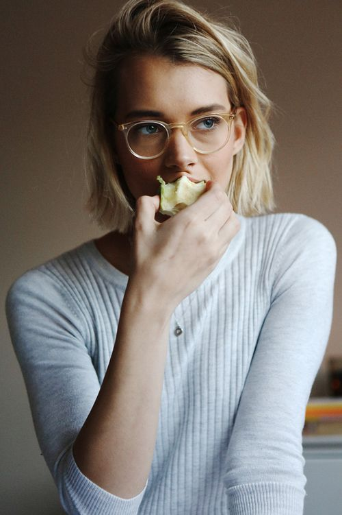 Having a snack. | Source: modalsquegirls, via privé-de-sommeil