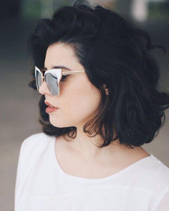 look boheme chic, jeune femme aux cheveux noirs, carré ondulé naturel, petites boucles floues, lunettes de soleil vintage