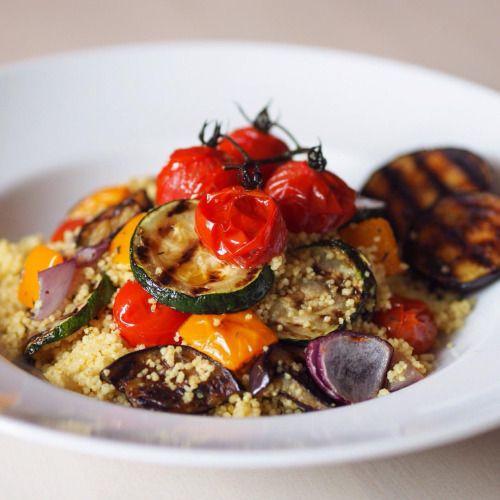 Kuskus s grilovanou zeleninou si často nosím k obědu do práce, je velmi jednoduchý na připravu . 💛 Kuskus nasypeme do mísy v poměru 1 hrnek kuskusu na 1,3 hrnku vroucí vody z varné konvice. Přidáme lžíci oliv.oleje, sůl, (1 lžička kari koření)...