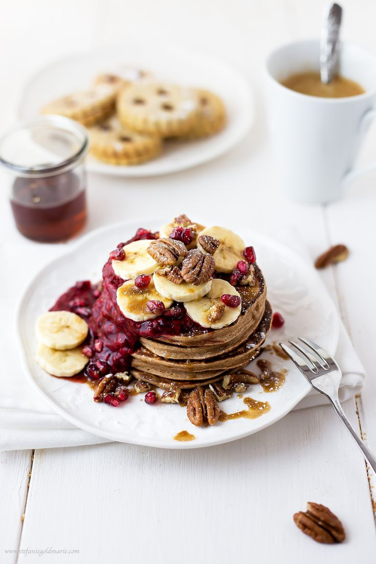 Gingerbread pancakes with raspberry sauce