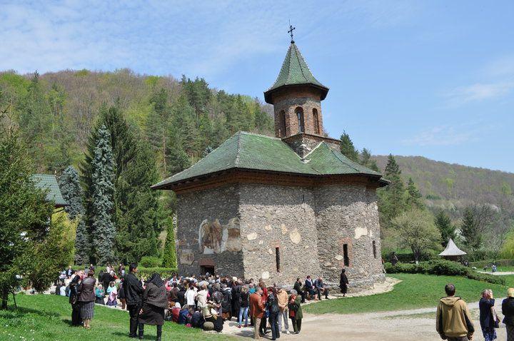 FABULOS! Aproape o sută de mii de pelerini la mormântul părintelui Arsenie Boca!