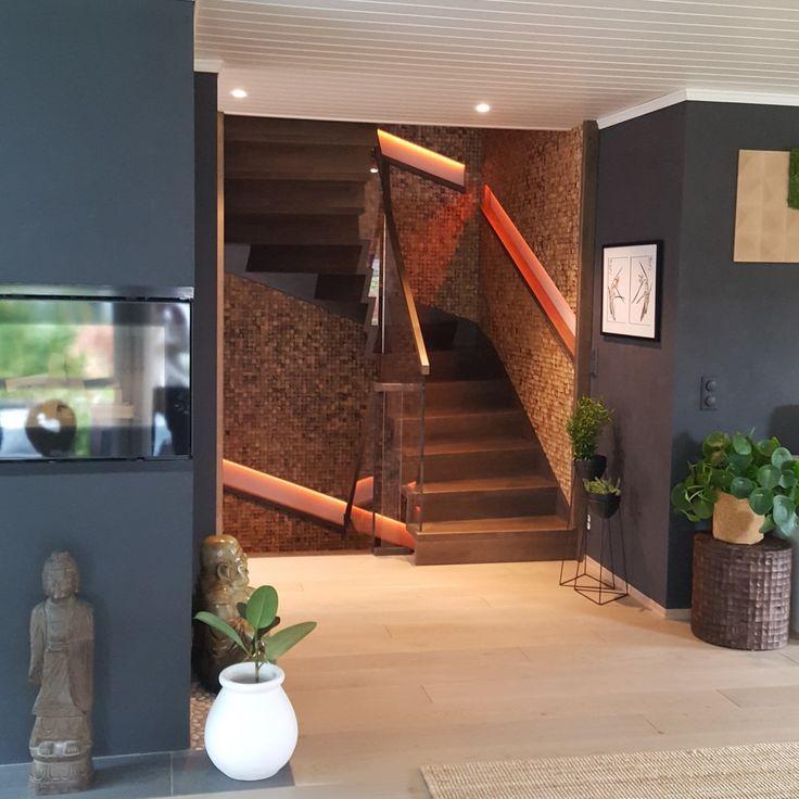 Her er det montert kokos i trapp. Veggen er foret ut før dekor er lagt på, og dermed kunne en få innfelt håndlist med integrert LED-lys. Kokos flukter vange i trapp såuttrykket blir helhetlig. Kokosmaterialet gir også mindre rom-klang og visuelt gir det et veldig lunt og estetisk inntrykk.  Det viser også mosebilde hengt i trappeoppgang. Mose og kokosnøtt er en fin kombinasjon da fargene og tekstur står fint til hverandre og skaper et harmonisk uttrykk!  Se vårt brede utvalg av…