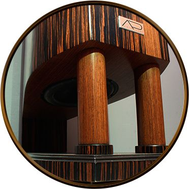 GŁOŚNIK BASOWY MONTOWANY W SPODZIE KOLUMNY, SKIEROWANY KU DOŁOWI. Poziome ułożenie głośnika basowego w podstawie umożliwiło zrealizowanie założeń poprawiających adaptacje i kontrolę basu