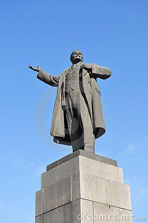 Op sommige plekken zijn er stand beelden van Lenin zoals, Charkov.