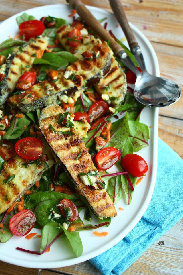 Salade met gebakken aubergine. Ingrediënten: • 1 aubergine • 2 eieren • 4el amandelmeel • 3el olijfolie