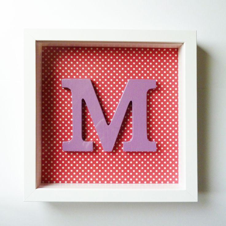 Quadro M lilás com fundo encarnado e bolinhas brancas 25,5 cms x 25,5 cms
