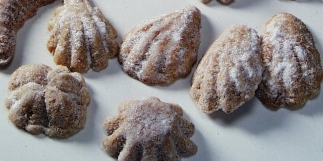 Medvedie labky    Zloženie    3 šálky Pšeničná múka hladká  ¼ sáčku prášku do pečiva  1 hrnček cukru,  2 šálky vlašské orechy(zomleté)  1 hrnček masti  1 vajce  1-2 polievkové lyžice medu  1 vrecúško vanilkového cukru    Na posypanie:  práškového cukru    všetko zmiešame,a dáme na po hod..do chladničky.formičky si vymastíme a natlačíme do nich cesto.v strede vtlačte nech je priehlbinka.pečieme pri 180 ° C asi 15 minút.vyklopíme ešte teplé,obaľujeme v cukre.    šálka v tomto recepte 2dcl.