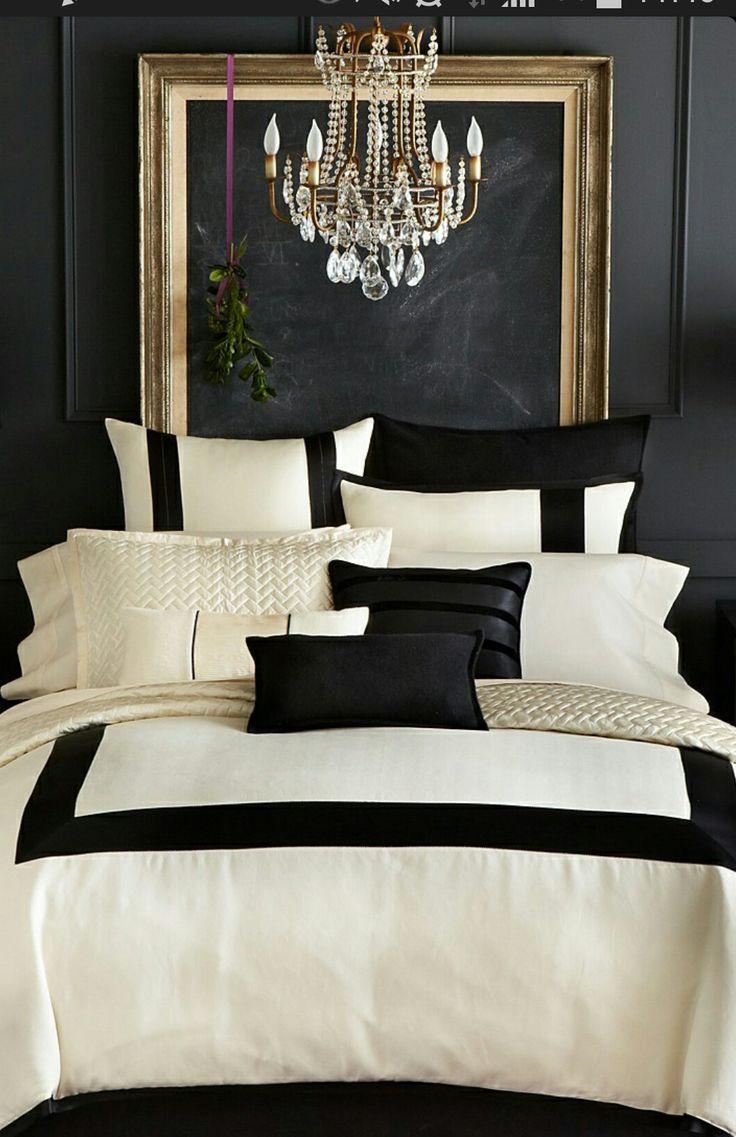 une chambre noir, or et blanc