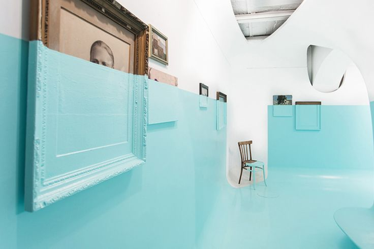 L'artiste basé à Londres Davide d'Elia a accroché sur les murs d'une galerie des…