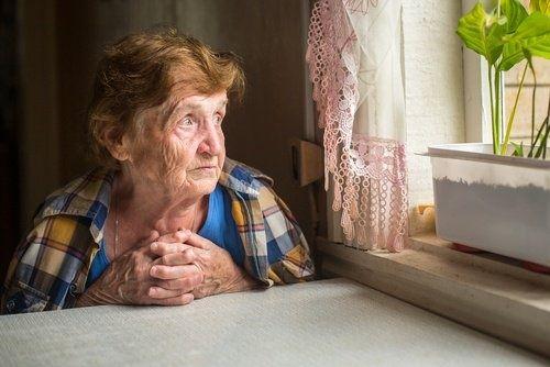 Comment la solitude peut affecter la santé des personnes âgées