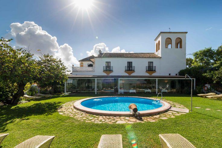 Vista posterior de Hacienda El Santiscal desde el jardín y la piscina ( Arcos de la Frontera-Cadiz)
