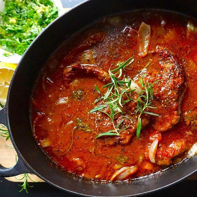 Slow food i mitt ❤️! Møt Lam Ossobuco, middagen som lager seg ferdig i ovnen mens du nyter livet. Eller er på jobb... Hva med denne i helgen? Oppskrift på bloggen. Lenke i bio 👆🏼 #lambossobuco #italianfood #ossobuco #italianfood #lammekjøtt