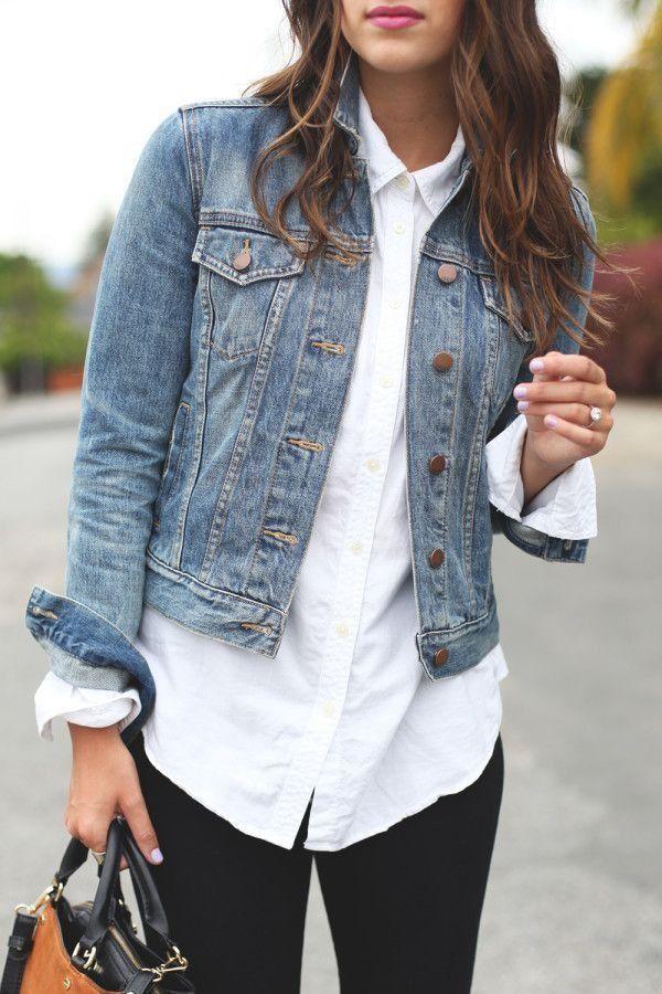 Verleihen Sie Ihrer klassischen Jeansjacke ein weißes Button-Up-Shirt. Kombinieren Sie die Kombination