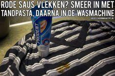 Vlekken van rode saus in de kleding? Smeer de vlekken in met tandpasta en was daarna in de wasmachine. Meer tips? Bekijk ook eens www.goedeschoonmaaktips.nl