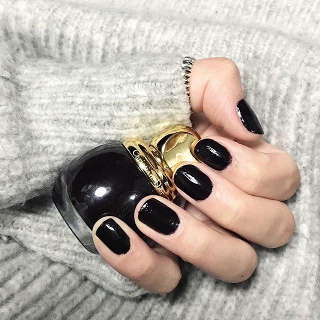 しばらくジェルネイルはおやすみ。久しぶりにマニキュア クリスマスも近いし赤色を使おうかなとチョイスした色は黒みたいな深い深い赤❤️ ・ ・ #selfnail #shortnail #nailstagram #manicure  #christiandior #dior #papillonner #crystanagahori #セルフネイル #マニキュア #深爪 #ショートネイル #パピヨネ #パピヨネクリスタ長堀