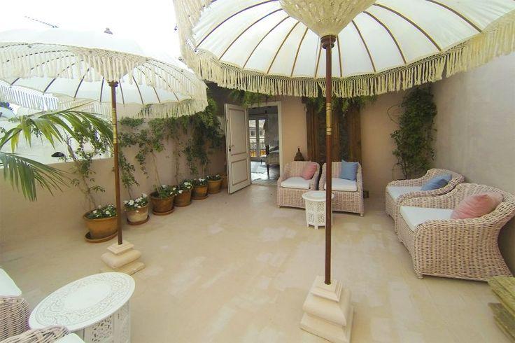 Lyxobjekt: Spektakulär taklägenhet i Palmas Gamla stan.  Lägenheten ligger i ett prestigefylld palats från 1600-talet, nära Plaza Santa Eulalia. Lägenheten är inredd på ett spektakulärt sätt i en blandning av marockansk och traditionell majorkinsk stil. Denna lyxiga takvåning är indelad i tre etage med öppna och täckta terrasser.