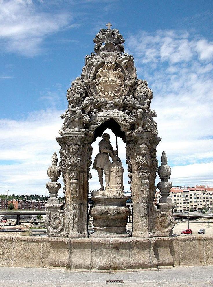 El patrón de Madrid, San Isidro, vigila desde su hornacina a todo el que cruza el Puente de Toledo,