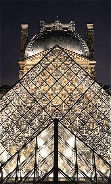 Vue de la pyramide du Louvre depuis le passage Richelieu ~~~~~ View of the pyramid of Louvre museum, from alley Richelieu ~~~~~ Geoloc.alizeation ~~~~~