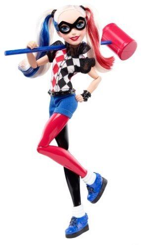 Je koopt DC Superhero Girls bij Superhelden-kinderkleding. Harley Quinn-actiepop is een echte grapjas! Ze draagt een fantastische en trendy outfit met de legendarische details van het oorspronkelijke DC Super Hero-personage - een zwart met rode outfit, een ruitvormige harlekijnprint en kledingstukken die totaal niet bij elkaar passen - en is klaar om in actie te komen.