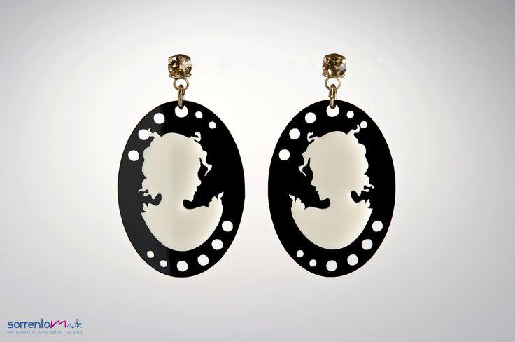 CAMEO DONNA                                                         In plexiglass nero con cameo di donna bianco. Minimal elegante della designer Consuelo D'Antonio che associando al plexiglass, materiale moderno ed industriale, elementi preziosi crea gioielli glam ed eleganti.