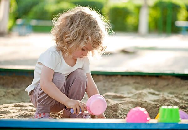 Podívejte se, jak v klidu odejít z hřiště nebo herničky, aniž byste museli dítě uplácet čokoládou nebo vyhrožovat, že ho tam necháte.