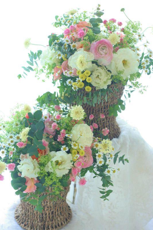 ご披露宴の最後に、ご両親へ渡す花、これは花束ではなくアレンジメントスタイルです。かごに挿してあるのでお持ち帰りがしやすく、当日はご宿泊なさるという場合でも...