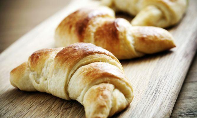 Receta fácil para preparar croissants o cruasanes caseros con masa de hojaldre, perfectos para acompañar el desayuno o la merienda.