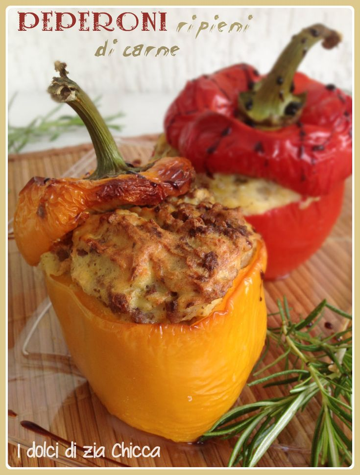 Oggi vi suggerisco una ricettina davvero gustosa, i Peperoni ripieni di carne e patate semplici, velodi e molto estivi.