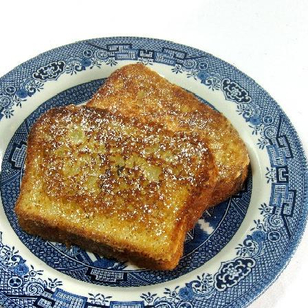 1 huevo grande  2 cucharadas de mantequilla sin sal, derretida, y un poco más para freír  Leche 3/4 taza  2 cucharaditas de extracto de vainilla  2 cucharadas de azúcar granulada  Un tercio de taza de harina sin blanquear para todo uso  Un cuarto de cucharadita de sal de mesa  Brioche de 4 a 5 días de edad, rebanadas o rodajas jalá 3.4 pulgadas de espesor o de 6 a 8 rebanadas de pan de molde