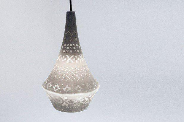 Norsk eventyrlampe Den samme designeren har også bidratt til dette produktet. Lampen Stories er et samarbeidmellom Ida Noemi Vidal og Vibeke Skar. Sandblåst porselen preget med mønster fra norske strikkegensere, gir den et helt særegent norsk preg.