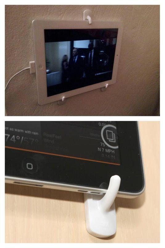 8. Pendurar Ipad/Tablet. Se você costuma assistir filmes e vídeos, ao invés de segurar, experimente prender três ganchos adesivos na parede para sustentar seu Ipad ou Tablet.