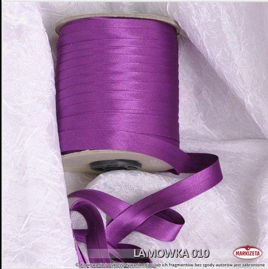 #lamówka Lamówka do firan kolor fioletowy Lamówka w kolorze fioletowym jest to produkt, który świetnie nadaję się do wykończenia różnego rodzaju firan i zasłon.  Lamówki to produkt doskonale pasujący do wszelkiego rodzaju firanek z woalu.    Kolor: fioletowy Szerokość: 15 mm Długość: dowolna wykończenie: atłasowe Produkt pierwszego gatunku Miły materiał w dotyku zaprasowana lamówka Produkt w sprzedaży na metry bieżące. kasandra.com.pl