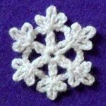 Такие маленькие снежинки связать очень просто и быстро. Маленькие снежинки станут отличным украшением к Новому Году. Снежинки можно повесить на новогоднюю елку или использовать для украшения интерьера.