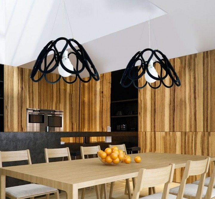 """""""Sinfín"""" es una colección de productos para el hogar diseñada a partir del reuso de correas de industriales vencidas. Se aprovecha la flexibilidad del material para generar objetos de líneas simples y orgánicas, que se enlazan generando tramas  tridimensionales y sin fin."""