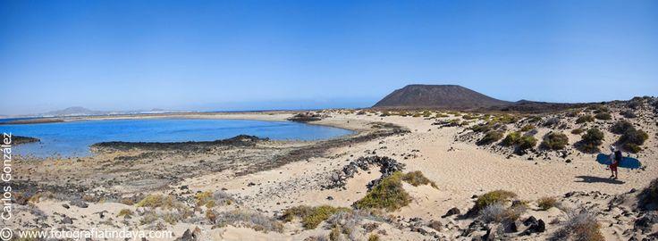 #La Caldera #Playa de la Calera #IsladeLobos #Fuerteventura #Islascanarias #canaryisland  El Islote de lobos, situado al noreste de la isla de Fuerteventura con una extensión de aproximadamente 4,5 km², forma parte del Parque Natural de las Dunas de Corralejo e Isla de Lobos. Alberga más de 130 especies vegetales y varias especies de aves.