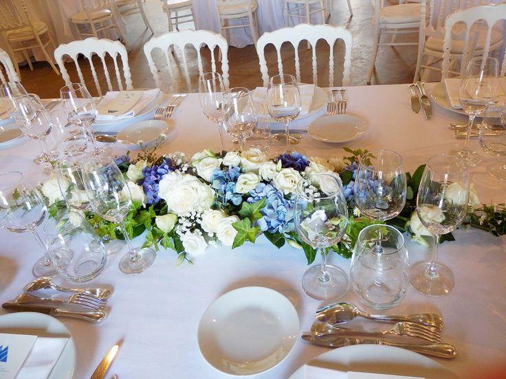 D couvrez nos compositions florales pour un mariage giscours dans les tons de blanc et bleu - Bouquet table mariage ...