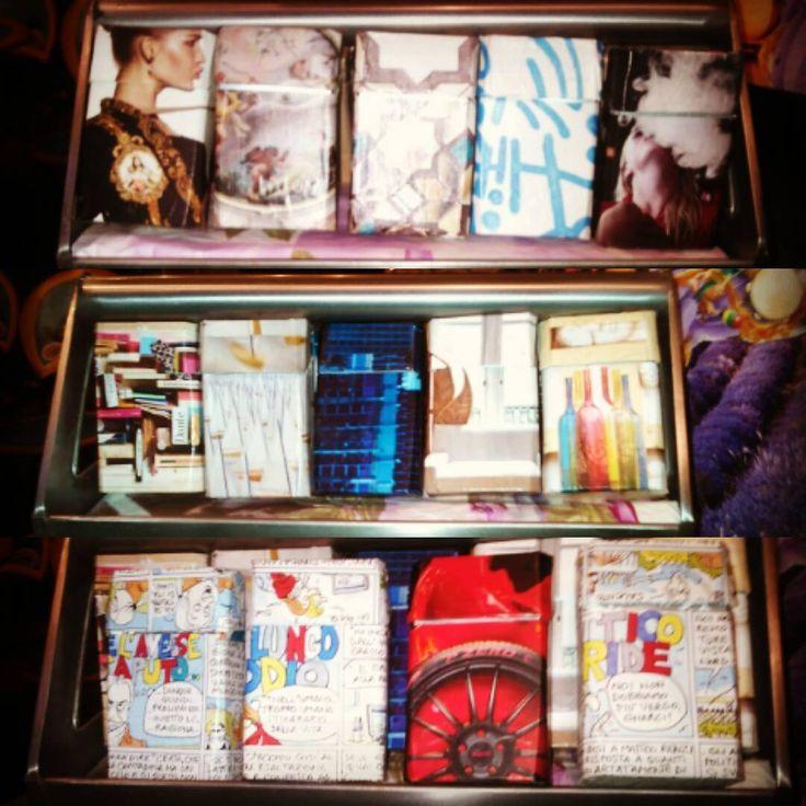 """Tanti nuovi pacchetti x sigarette """"vestiti"""" con allegria e fantasia. Molto ma molto chic. Un regalo apprezzatissimo dai fumatori. Da vedere!"""