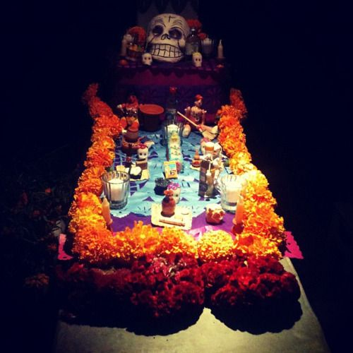 reconocer:  Esperando a nuestros muertos #mextagram_muertos_1 #muertos #instagram #igersgdl #statigram #mextagram #calaveras #tradicion #tradition #altar #mexico (Taken with instagram)
