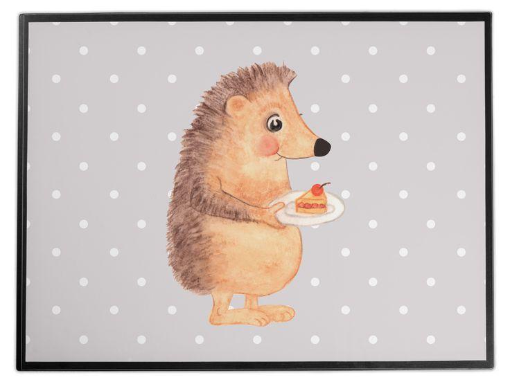 """Schreibtischunterlage Igel mit Kuchenstück aus Kunststoff  Schwarz - Das Original von Mr. & Mrs. Panda.  Die Schreibtischunterlage wird in Deutschland exklusiv für Mr. & Mrs. Panda gefertigt und ist aus hochwertigem Kunststoff hergestellt. Eine ganz tolle Besonderheit ist die einzigartige Einlegelasche an der Seite, mit der man das Motiv kinderleicht gegen andere Motive von Mr. & Mrs. Panda tauschen kann.    Über unser Motiv Igel mit Kuchenstück  Unser kleiner Igel aus der """"Small World""""…"""