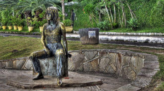 A estátua é uma justa homenagem da paradisíaca Búzios (RJ) à atriz Brigitte Bardot, que levou o nome da cidade aos quatro cantos do mundo. O monumento, que está situado na orla Bardot, é uma homenagem à francesa, que se hospedou na cidade em 1964, no auge de sua fama