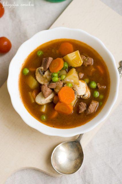 Zupa gulaszowa z groszkiem i mięsem wieprzowym (na bulionie + czerwone wino)