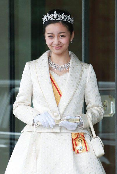秋篠宮ご夫妻の次女佳子さまは29日、20歳の誕生日を迎え、皇居で行われた成年祝賀行事に出席された。 佳子さまは午前中、宮中三殿に参拝。続いて宮殿「鳳凰の間」で天皇陛下から宝冠大綬章を授けられた。午後には同じ鳳凰の間で天皇、皇后両陛下にあ